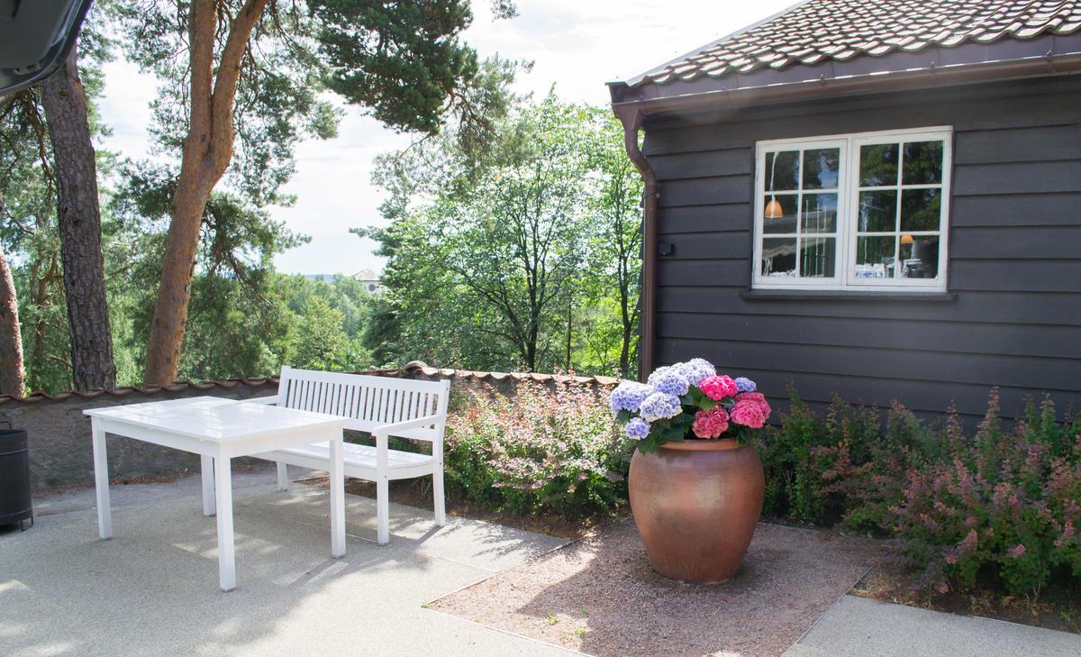 Benk og bord ute på Gjestestuene, sommer (Foto/Photo)