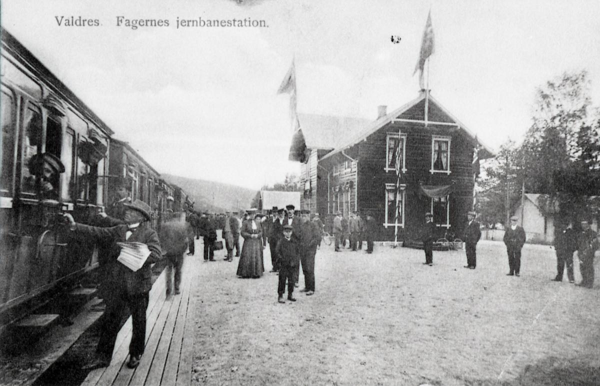 Kopi av postkort med motiv frå Fagernes stasjon i 1907. Toget står ved perrongen.