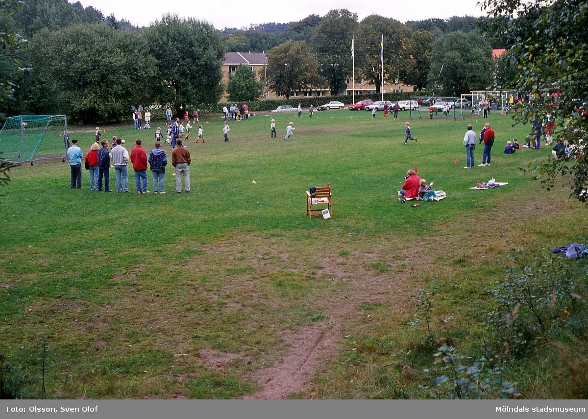 Lackarebäck i Mölndal, september 1994. Fotbollsfest på planen mitt för Lackarebäckshemmet.