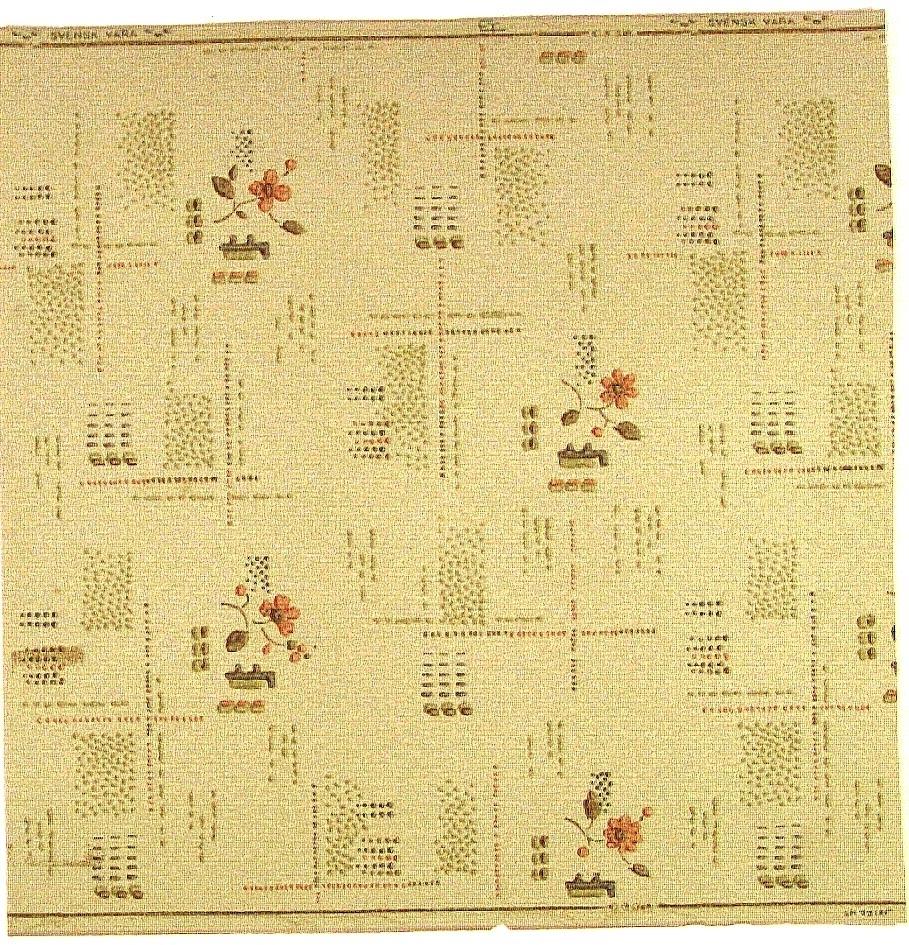 Geometriska prick-/streck ornament samt någon enstaka blomma i laxrosa, ljusbrunt, ljusgrönt och ljusgrått på en beigemelerad bakgrund. Viss diagonal effekt i mönstret.   Tillägg historik: Tapet uppsatt i ett gammalt torp och inköpt i Ekeby Handel i Vendel.