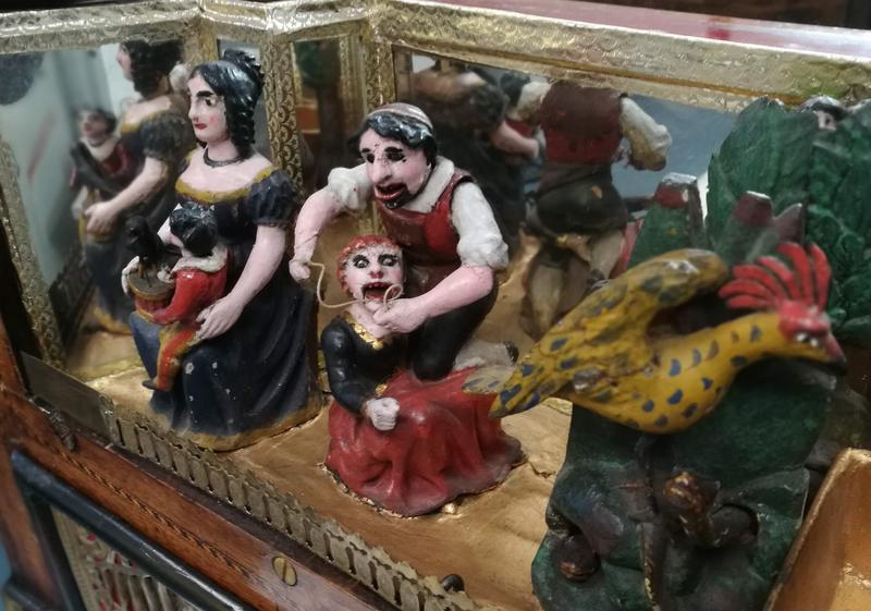 Lokket er utstyrt med merkelig og vakker dekor som danser til musikken.