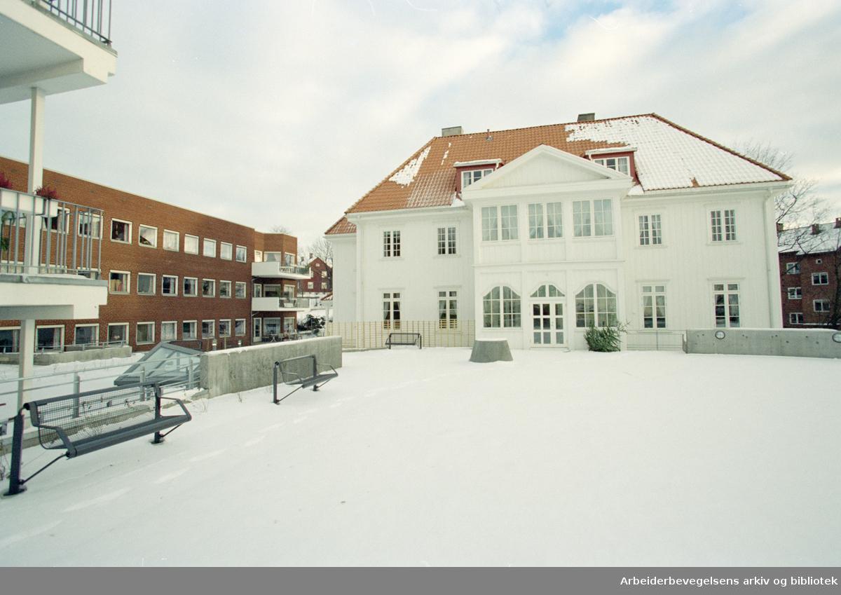 Ensjø. Til venstre, Ensjøhjemmet. Ensjøsenteret bo- og servicesenter har adresse Malerhaugveien 10 B. Bygningen er fra 1700-tallet. 10. januar 1997