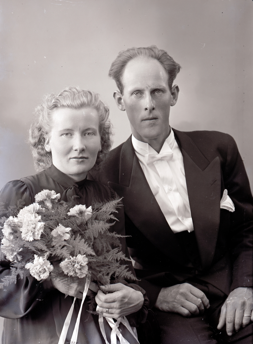 """Enligt fotografens journal nr 6 1930-1943: """"Markusson, Sixten Ucklum brudpar""""."""