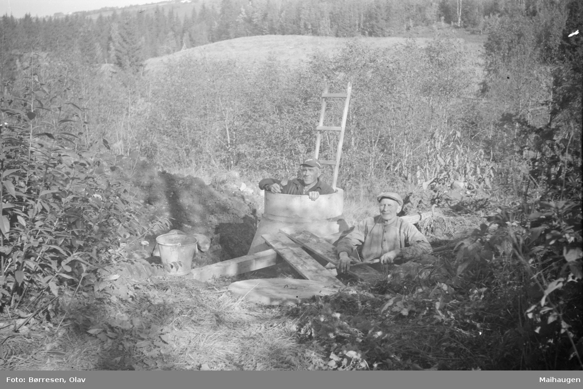 Graving av brønn med Torleif Forseth og Halvard Kvernum