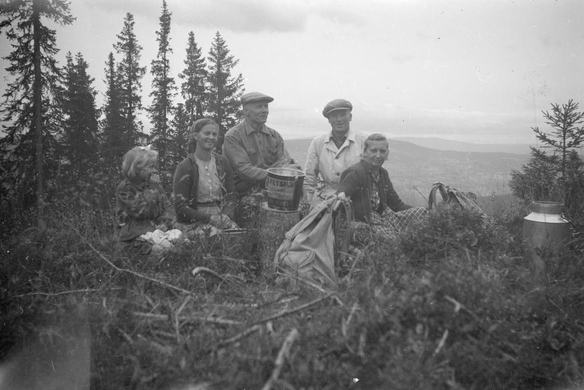 Fem personer på bærtur