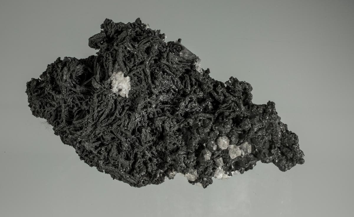 Argentitt på trådsølv, med kvarts og kalsitt Etikett: 7 Vekt: 239,05 g Størrelse: 11 x 6 x 3.8 cm