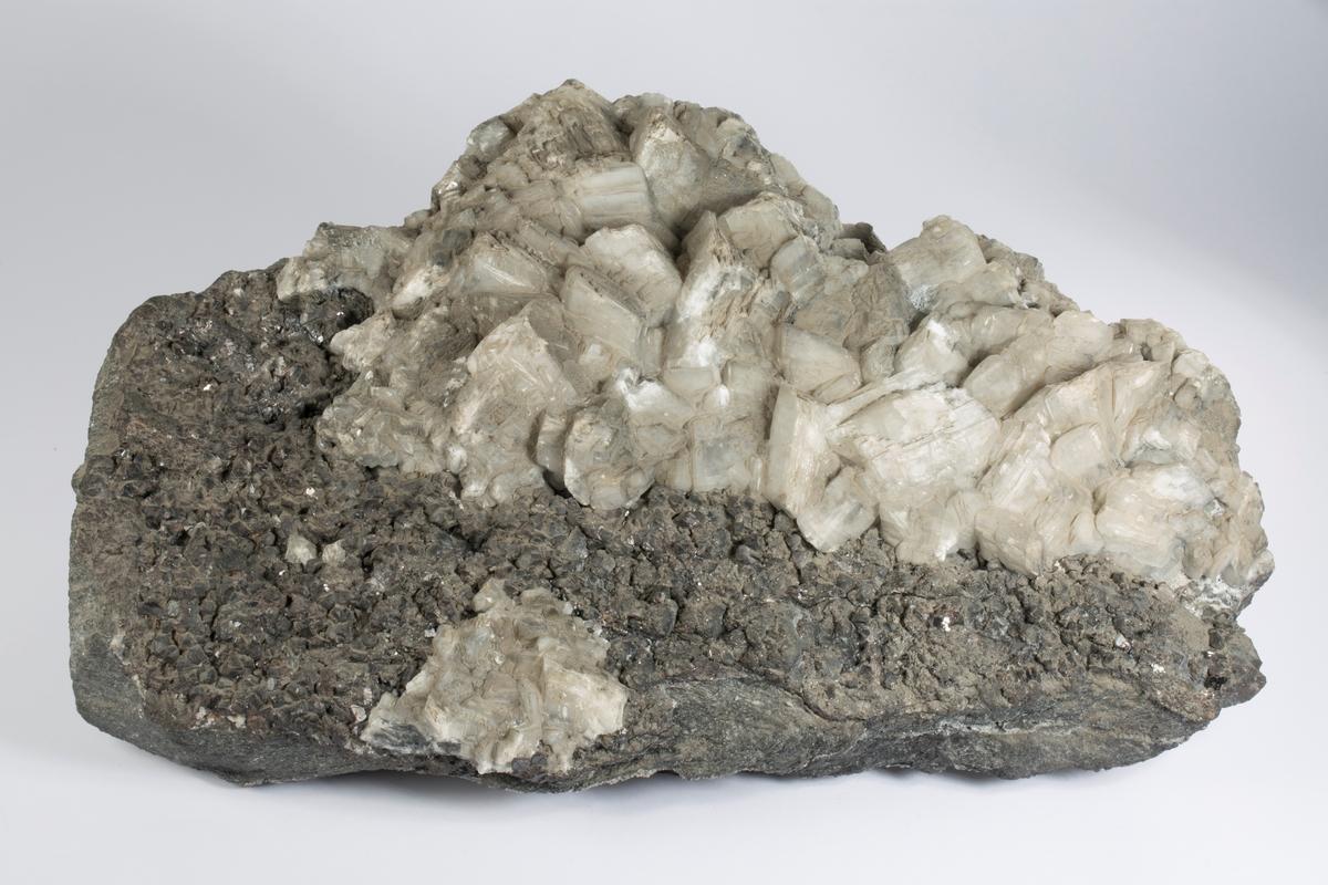 Krystaller av sinkblende, kalsitt og kvarts Vekt: 12082,5 g Størrelse: 40 x 25 x 12 cm