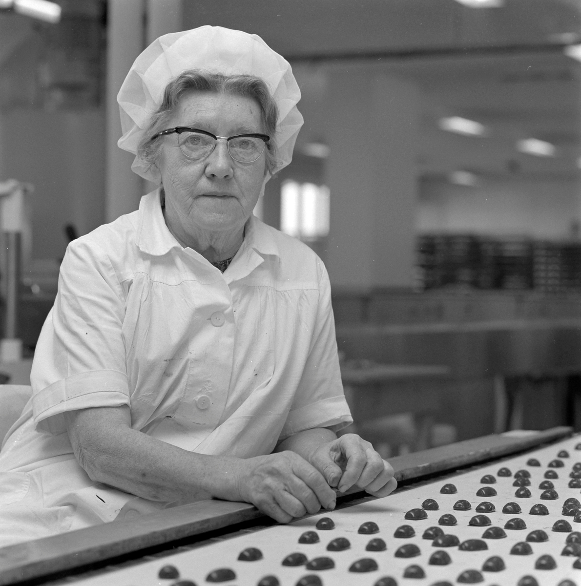 Nidar Chokoladefabrik A/S. Kvinne ved transportbånd