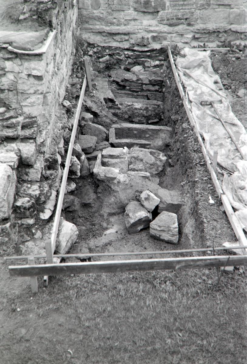 Domkirkeruinen, arkeologisk undersøkelse i nordre tverrskip i 1970. Oversikt over utgravningsfeltet.