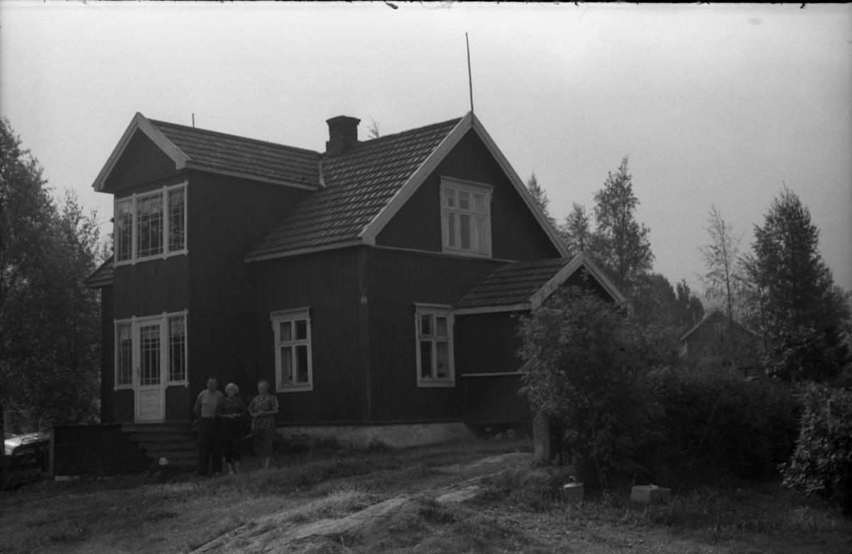 Fem bilder fra Aasen under Løsengen i Gamle Rossgutua på Skreia høsten 1955. Kvinnen på det første bildet er Borghild Løsengen (f.Johannesdtr. Nordrum) som var gift med Albert Anton Løsengen. Hun finnes også på to av de andre bildene, da sammen med eldste dattera Eva Aasen og Karl Skjelstad. Stedet ble bygd opp i 1922.