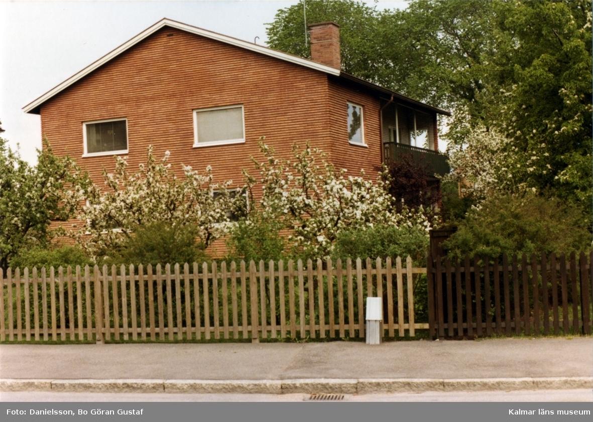 Tvåvåningshus i tegel och sadeltak i en trädgård på Magistratsgatan. Ägaren hette Sonemark och byggmästaren var Bertil Danielsson.