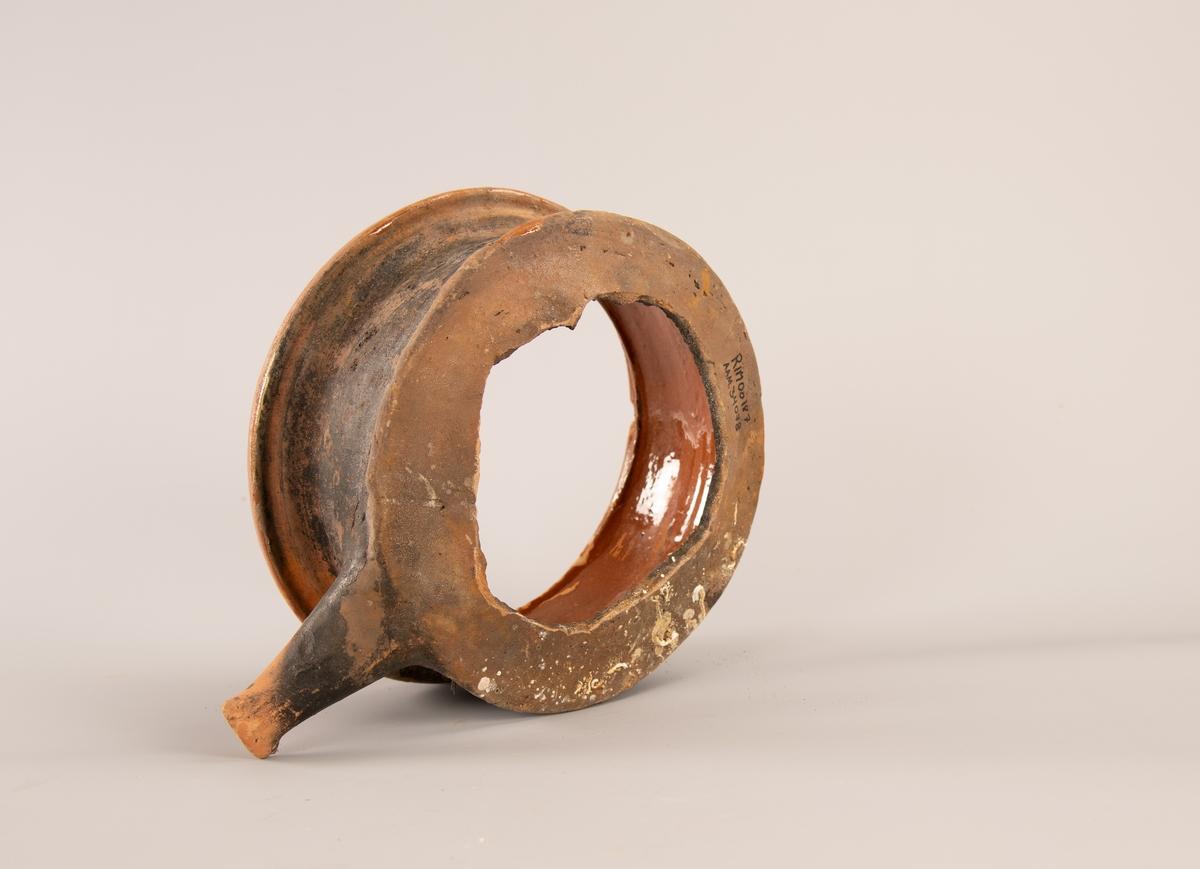 Gryte med stjerthank. Leirtøy, rødbrunt gods, innvendig rødbrun blyglasur. synlige utvendige dreieriller på toppen. Bunnen er vekk. Innvendig kant for lokk.   Stjertepotter er kokepotter med tre bein og innvendig blyglasur. Det som ble funnet av stjertepotter er håndtak av rødbrent leirgods som opprinnelig har sittet på en kokepotte. Stjertepotter var svært vanlige i Skandinavia og Nord-Tyskland i renessansen, og ble importert til Norge frem til 1600-tallet.