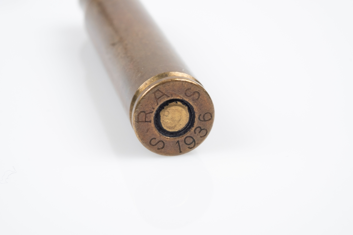 Et hylster på en patron som er brukt som slire til en kniv.