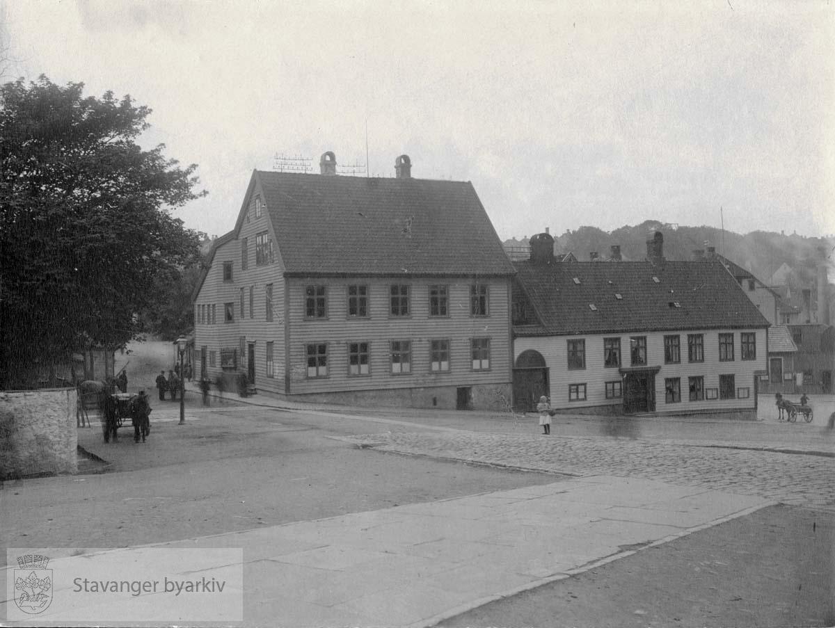 Til venstre: Byfogd Christensens hus, deretter Svaneapoteket.