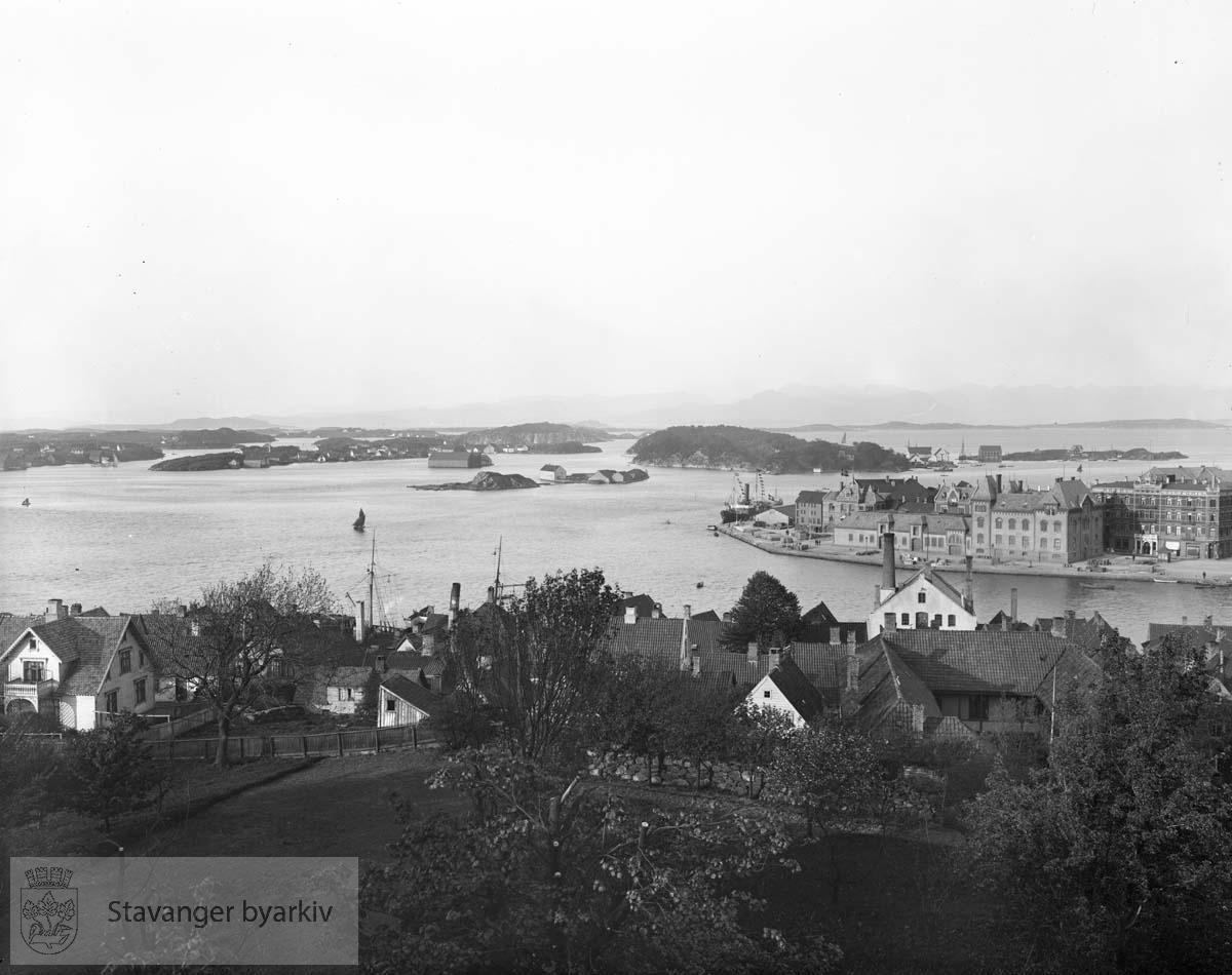 Fra Blidensol: Bebyggelse i forgrunnen, byøyene i bakgrunnen, Holmen til høyre.