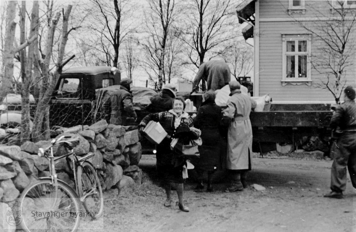 Lossing av utstyr fra lastebil. Johanna Husebø i midten.