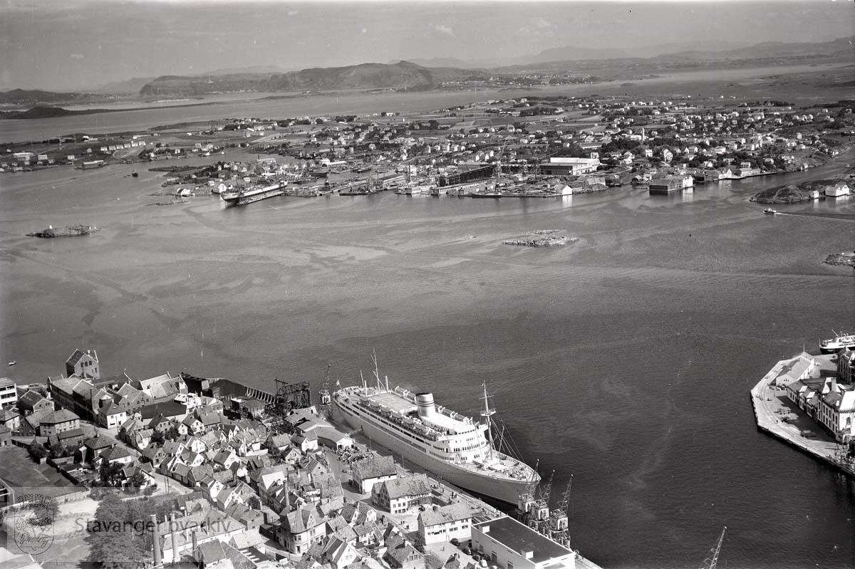 Oversikt: Stavanger indre og midtre. Straen. Mot N.Ø... Husene i nederste venstre hjørne ligger til Øvre og Nedre Strandgate, Blidensolstredet, Mellomstraen, Klausegata og Litlegata..Mot Byøyene.
