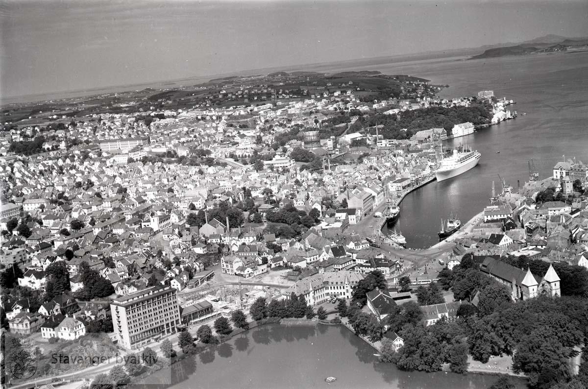 Oversiktsbilde: Stavanger indre og midtre. Breiavatnet. Mot N.V:..Bygging av Olavsgården ved Hotell Atlantic. Mot Kleiven, Straen og Kampen.