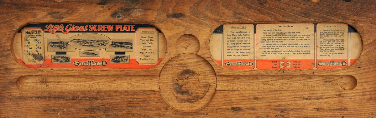Gjengeverktøy i original trekasse fra produsenten Greenfield tap and Die Corporation, USA bestående av syv (runde) gjengebakker/-snitt, 14 gjengetapper (fire fra andre produsenter), et svingjern for gjengetapper og to svingjern for gjengebakker. Skrinet og verktøyet bærer preg av å ha blitt brukt, men er i god stand.