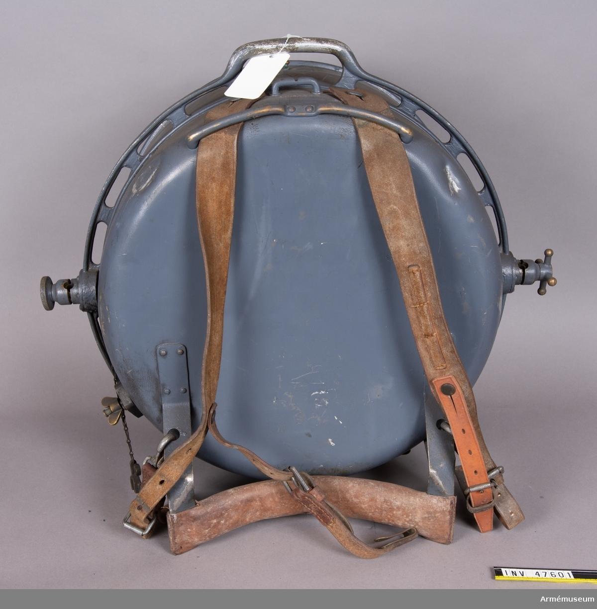 Grupp E VI. Strålkastare tillverkad av AGA med tillverkningsnummer 598. Låda för strålkastare med innehåll. Lådan innehåller fem behållare för acetylengas, fem behållare  för syrgas, gasmagasin med tillbehör, spegel med fodral, stativ  med fodral, strålkastare, väska för reservdelar innehållande  säkerhetskedja, lina för manövrering, 5 mm skruvmejsel, klonyckel, mutternyckel, skiftnyckel, sprintnyckel.