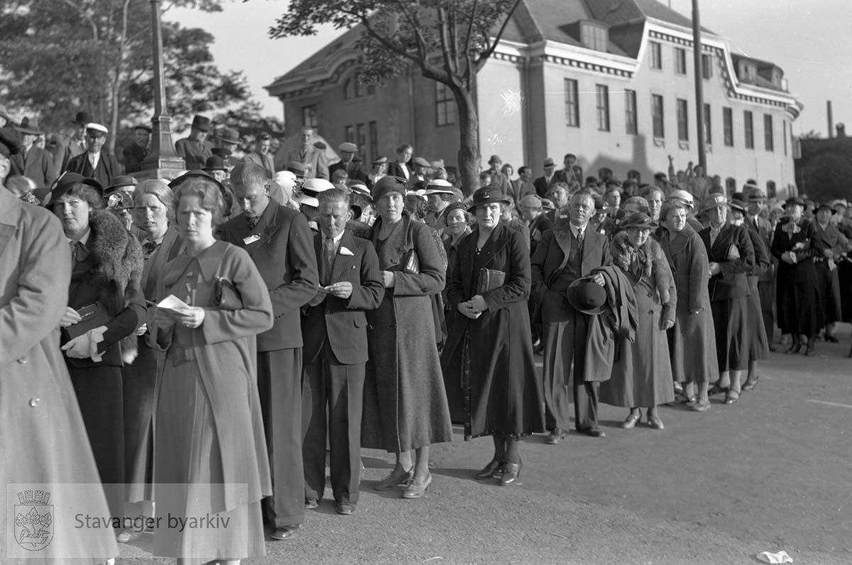 Deltakere marsjerer foran det gamle posthuset.