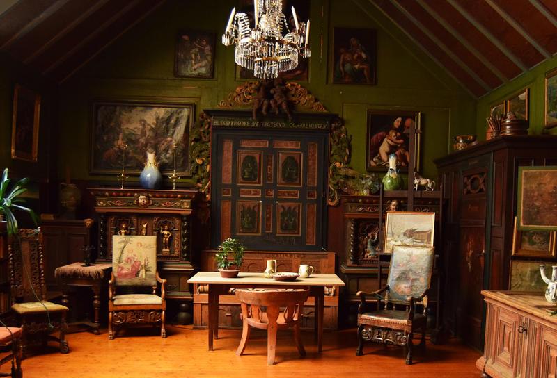 Atelieret/stuen til Tilla og Otto Valstad, bygd på av Otto i 1907. Her finnes unike samlegjenstander fra inn- og utland.