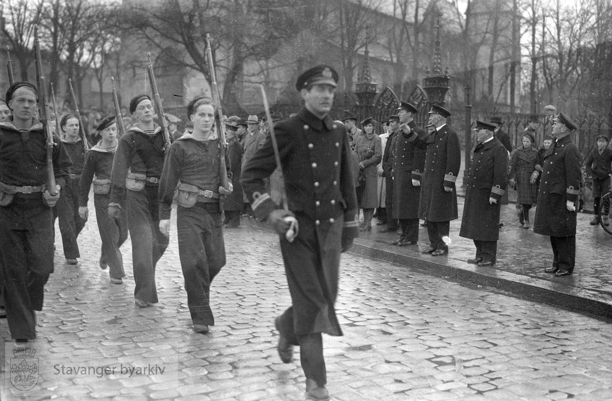 Orlogsgaster marsjerer ved Kongsgård og domkirken.