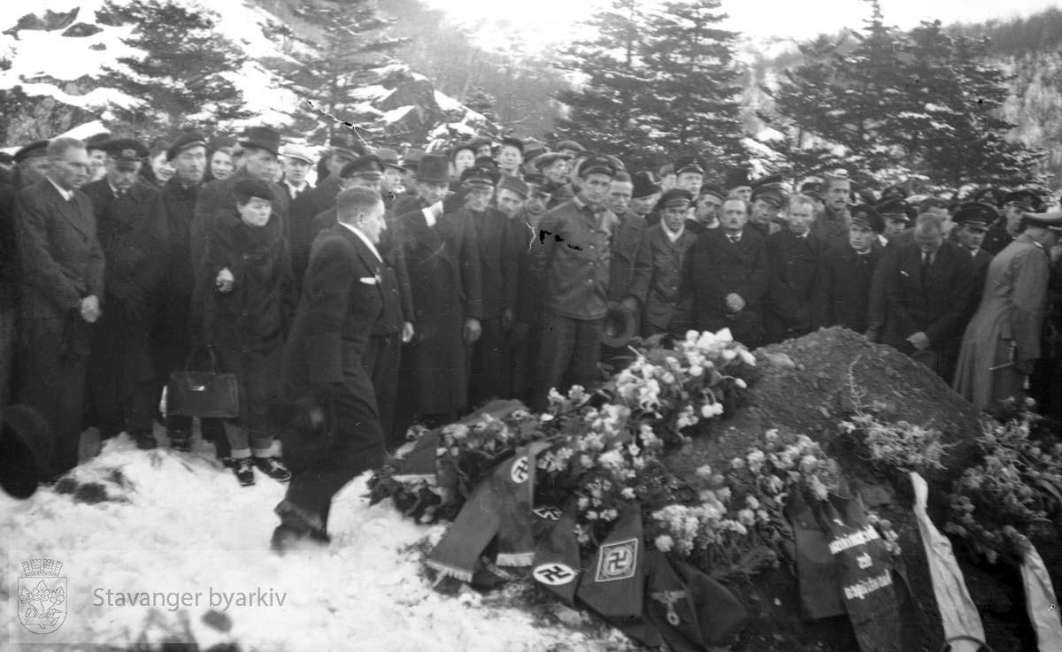 Fra Altmark-affæren i Jøssingfjord februar 1940...14. februar 1940 kom det tyske hjelpefartøyet «Altmark» inn på norsk sjøterritorium utenfor Fosenhalvøya på hjemvei til Tyskland. Altmark hadde ca. 300 britiske krigsfanger om bord, og det fikk lov til å passere gjennom norsk territorialfarvann, eskortert av en norsk torpedobåt...Altmark ble oppdaget av et britisk fly samme dag, og britene tok opp jakten på skipet. Den britiske jageren «Cossack» avskar om formiddagen 16. februar Altmark og forsøkte å stoppe den. Altmark søkte tilflukt i Jøssingfjorden i Rogaland, beskyttet av den norske torpedobåten i fjordmunningen. Samme natt gikk Cossack inn i Jøssingfjorden og bordet Altmark, mot protest fra den norske torpedobåten...Det utspant seg en kort kamp, og seks tyskere ble drept og flere såret. Cossack befridde de britiske fangene og stakk til sjøs..
