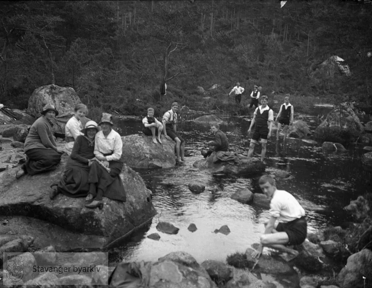 (* Flere av fotografiene mellom 2000 og 2100 later til å være fra tidlig 1900-tall. Registrator stiller seg derfor tvilende til at disse er tatt av Gard Paulsen. Mulig tidlige bilder av Hans Henriksen har blandet seg inn blant Paulsen-bildene?)