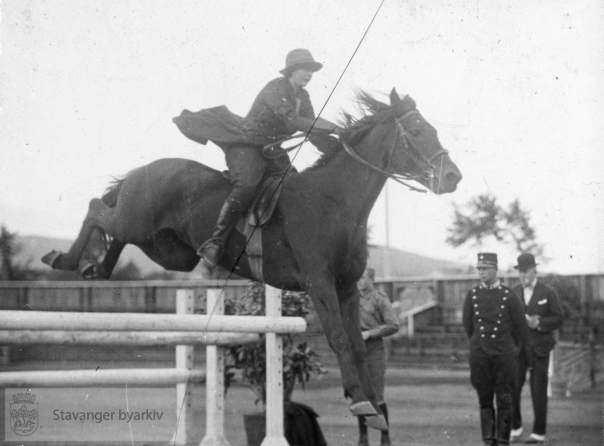 Rytter og hest på ridestevne.....Arkivene til Gard Paulsen og Hans Henriksen ble avlevert sammen. Det er dermed noe usikkert hvem som egentlig er fotograf. Enkelte bilder kan ha blandet seg.