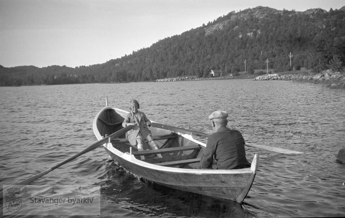 Mann og jente i robåt