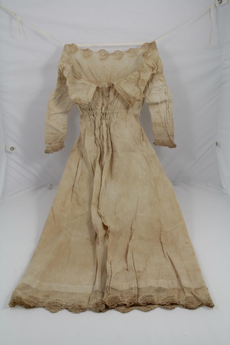 987677af Photo: Vest-Agder-museet. Hvit bomullskjole, hvite bendelbånd av lin, hvitt  bomullsbroderi. Åpning bak, lukket med