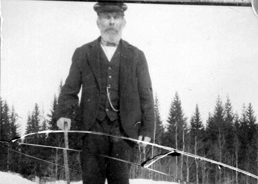 Portrett av eldre mann med stokk.