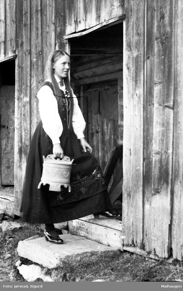 Ung kvinne med utskåren ambar i handa.