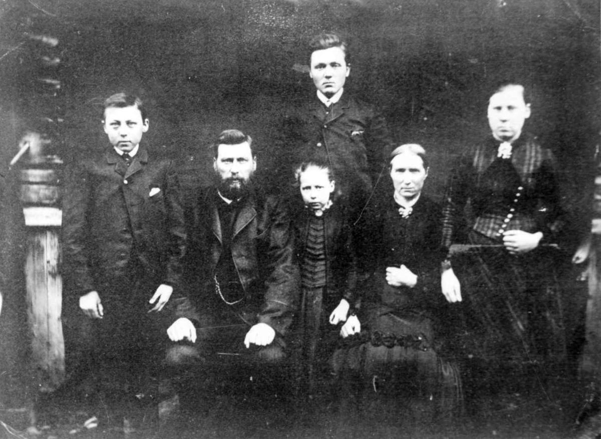 Familiegruppe, ektepar med 4 barn, antageligvis retrofotografi.