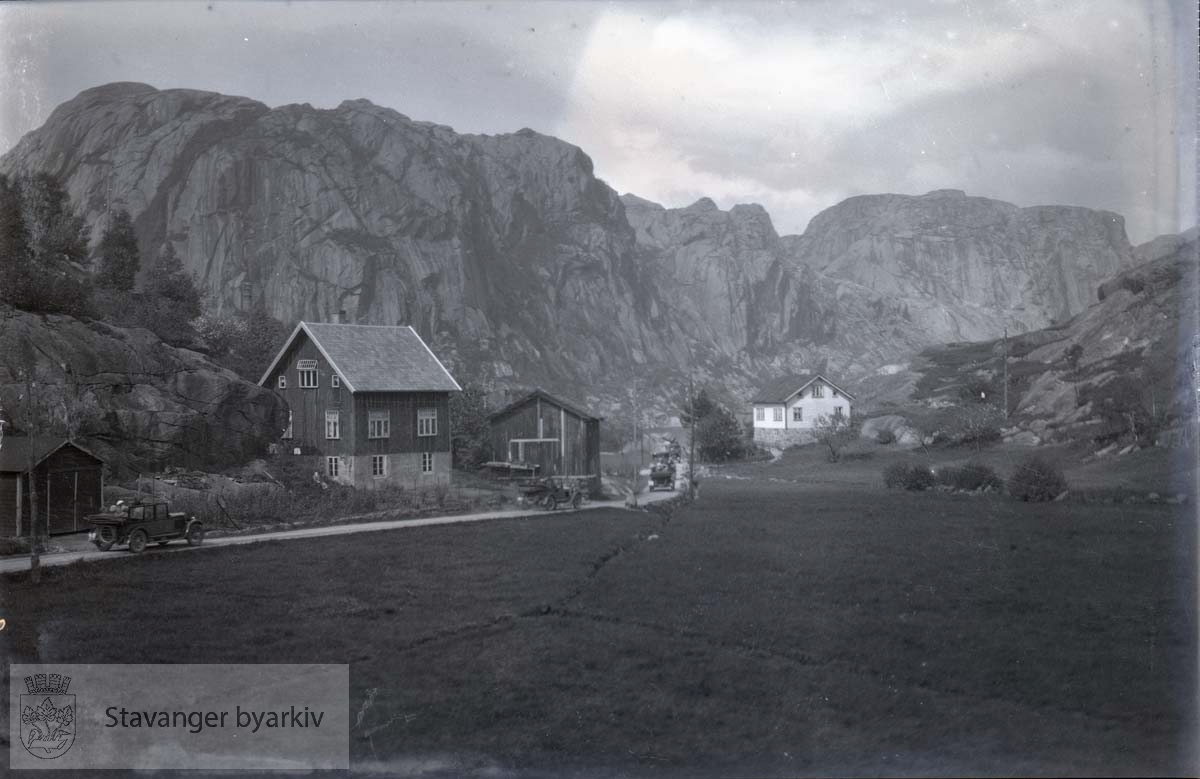 Ryfylke? Landevei omkranset av gårdsbruk og fjell.