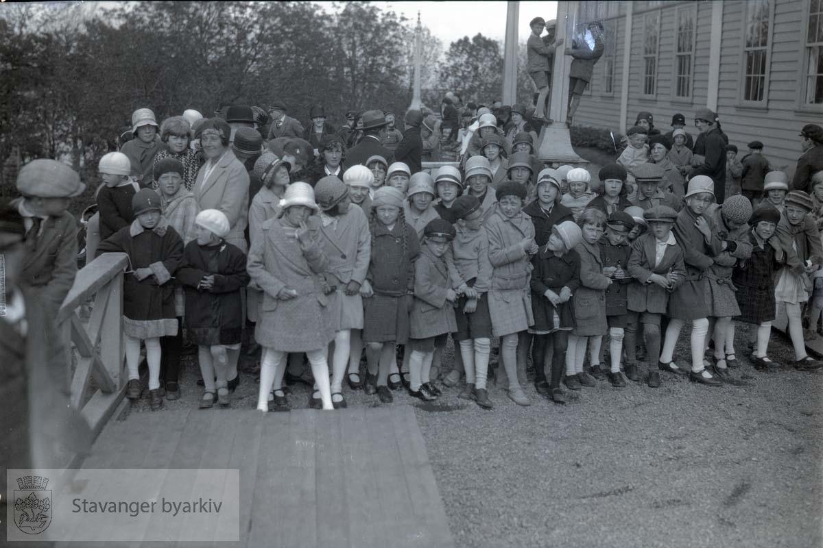 Skolebarn ved hovedbygningen.