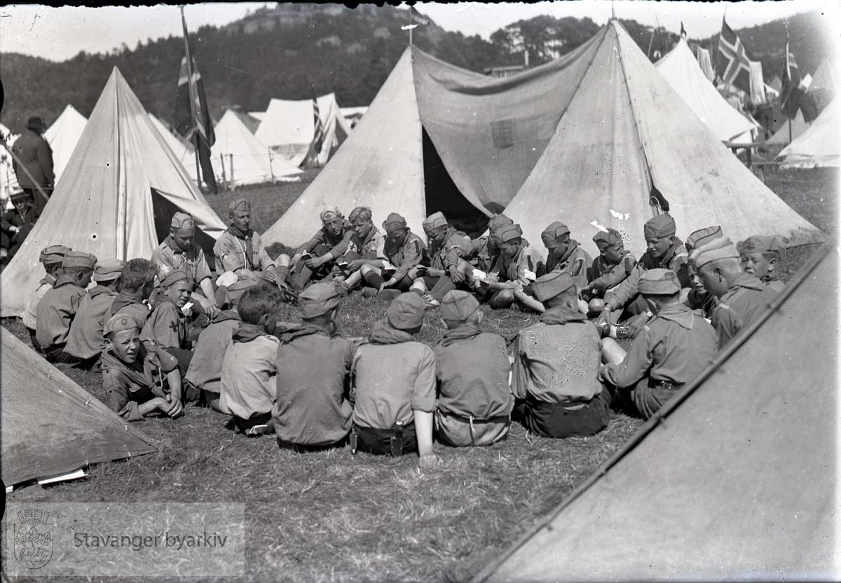 Speidere samlet ved teltleiren.