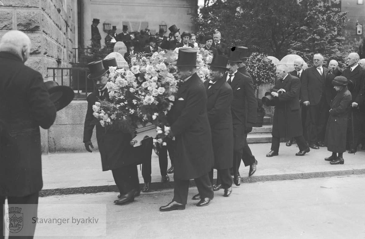 Wilhelm Årstads begravelse..Kisten bæres