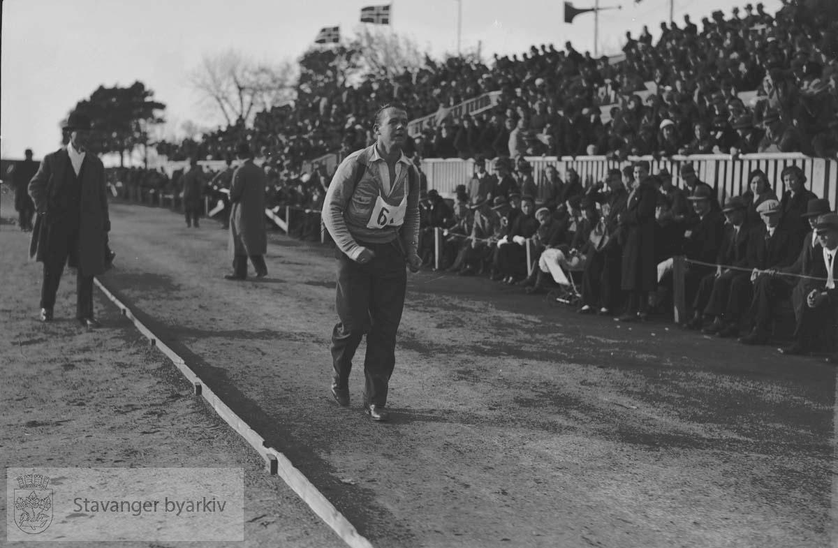 Marsjkonkurranse på Stavanger Stadion .Utøvere i anmarsj