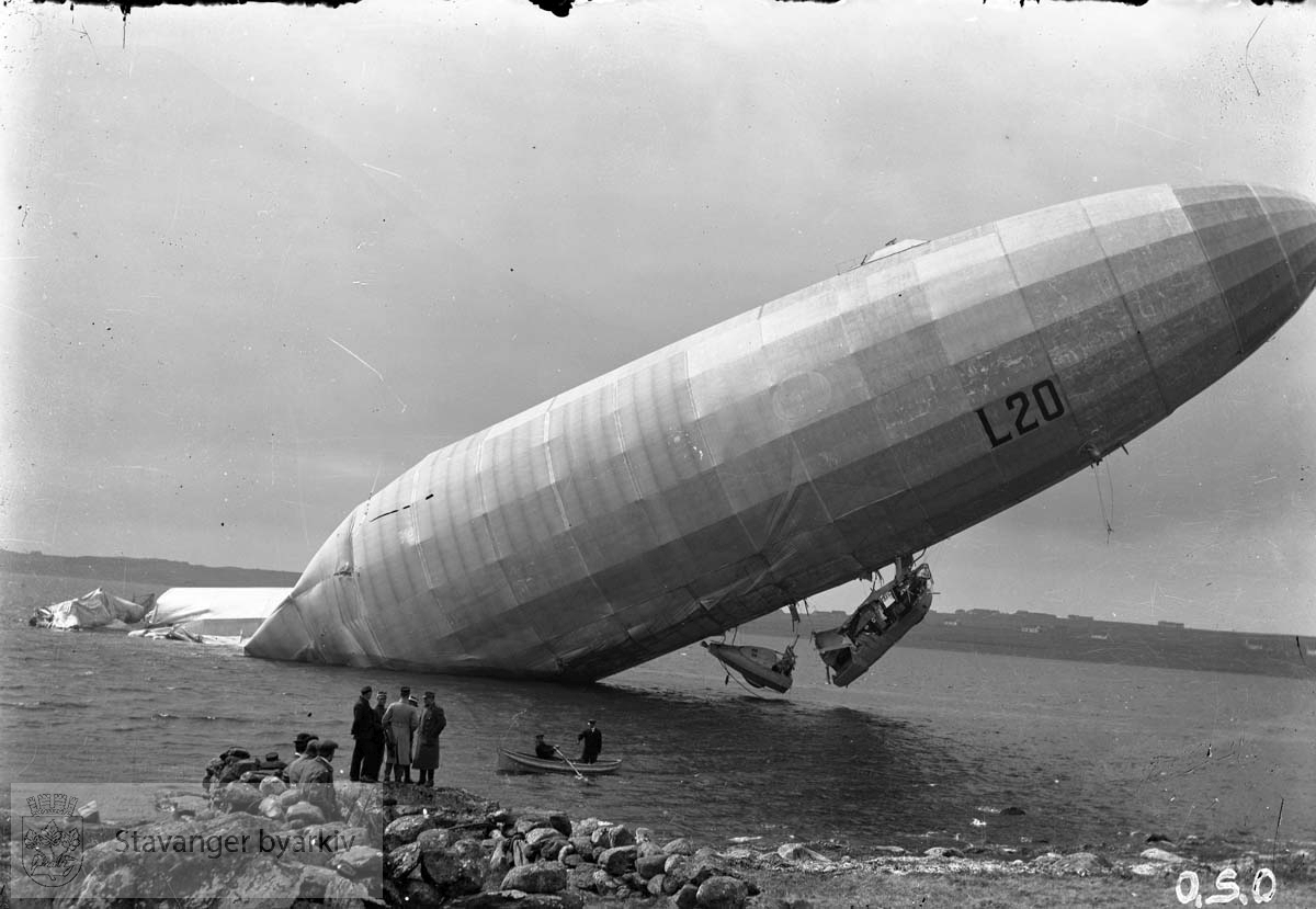 Zeppelin i Hafrsfjord.Nettop styrtet, redning. Zeppeliner styrtet i Gandsfjorden
