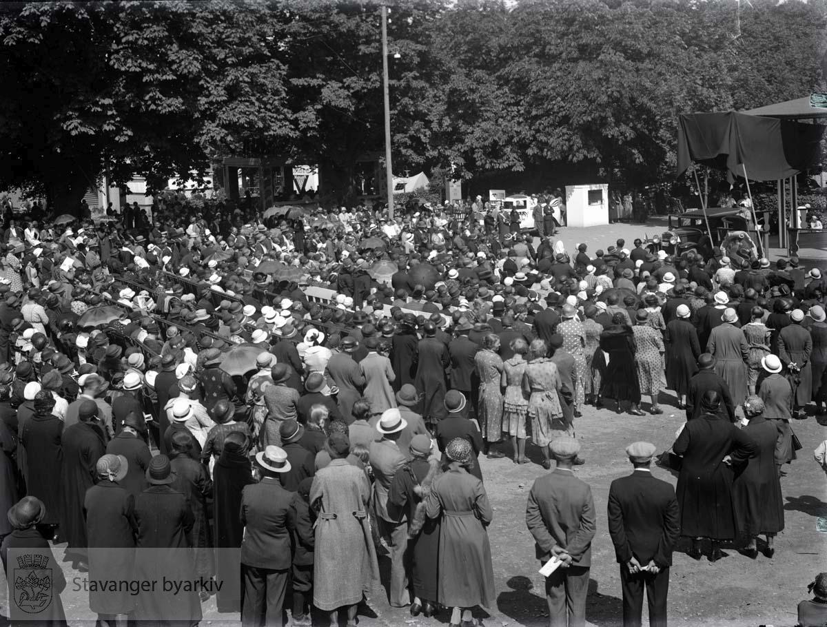 Folkemengde foran scene under Varemessen i Bjergsted, 1933