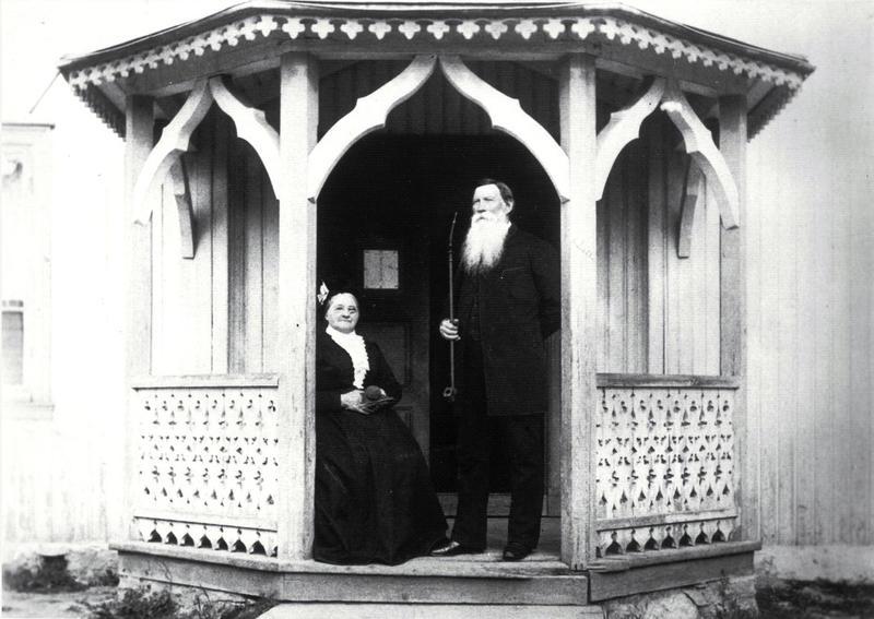 Martin Wettre (1817–97), den første fastskolelæreren på Jansløkka, utenfor den gamle skolestua sammen med sin kone Karen, ca. 1890. Martin var lærer, kirkesanger, poståpner og bankkasserer, og jobbet som lærer på Jansløkka i hele 50 år.