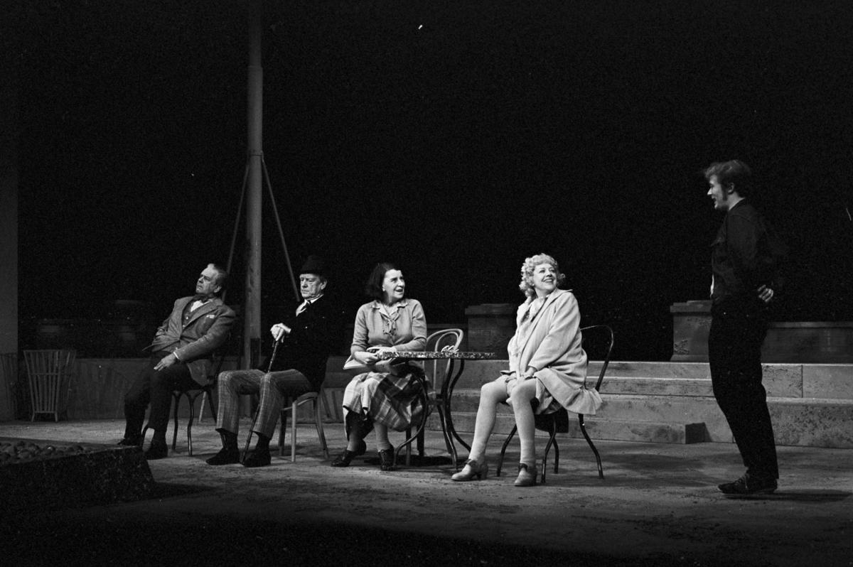 """. Scene fra Nationaltheaterets oppsetning av David Storeys """"Hjem"""". Forestillingen hadde premiere 27. oktober 1971. Kirsten Sørlie hadde regi og medvirkende var blant andre Per Aabel som Harry, Stein Grieg Halvorsen som Jack, Ella Hval som Marjorie, Aase Bye som Katleen og Nils Ole Oftebro som Alfred."""