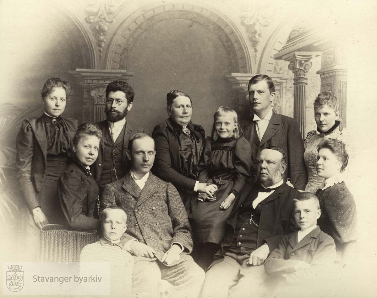 Helene og Søren Ruus bakerst til venstre. Georg T. Monsen nr to bakerst fra høyre. Mons Gabriel Monsen sittende til høyre.