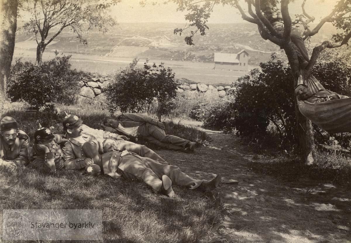 Soldatene hviler seg i gresset ved Madlaleiren