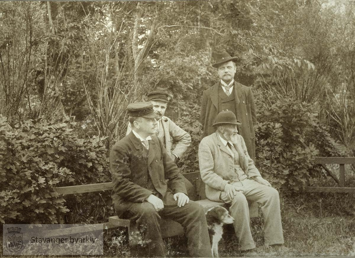 Gruppebilde i hagen. Sittende til høyre gamle Losoldenmann Monsen, M. G. Monsens fetter