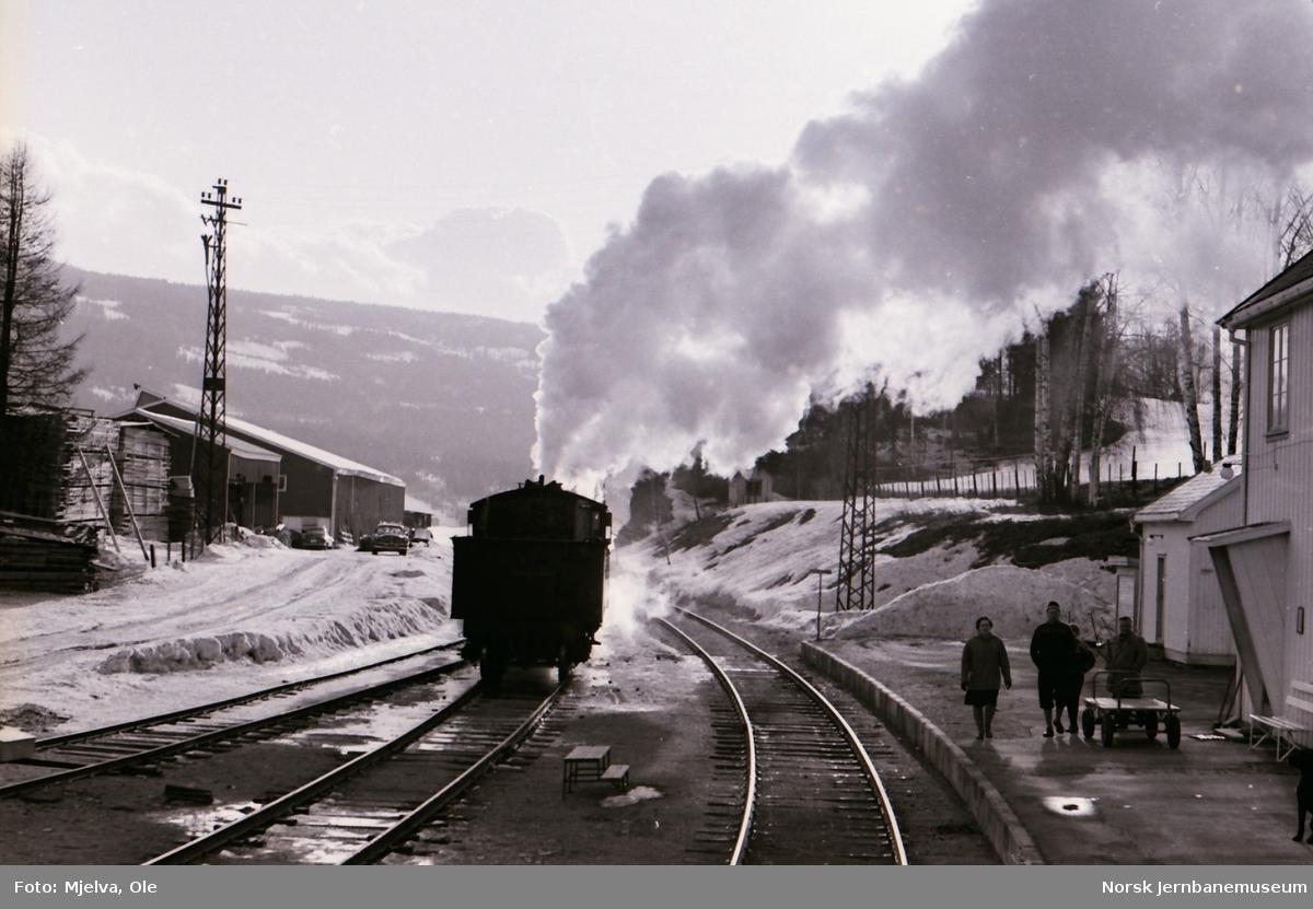 Damplokomotiv type 24b nr. 195 kjører ut fra Odnes stasjon 2. påskedag 1967.