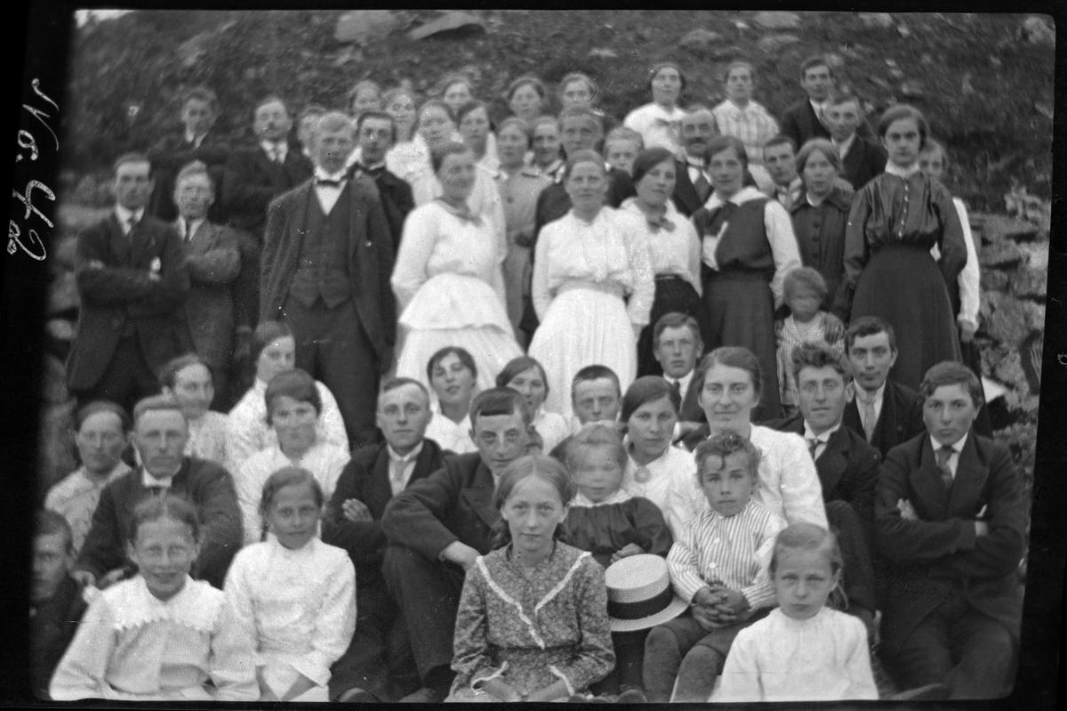 Gruppebilde av stor forsamling, fotografert utendørs på Grytøy.