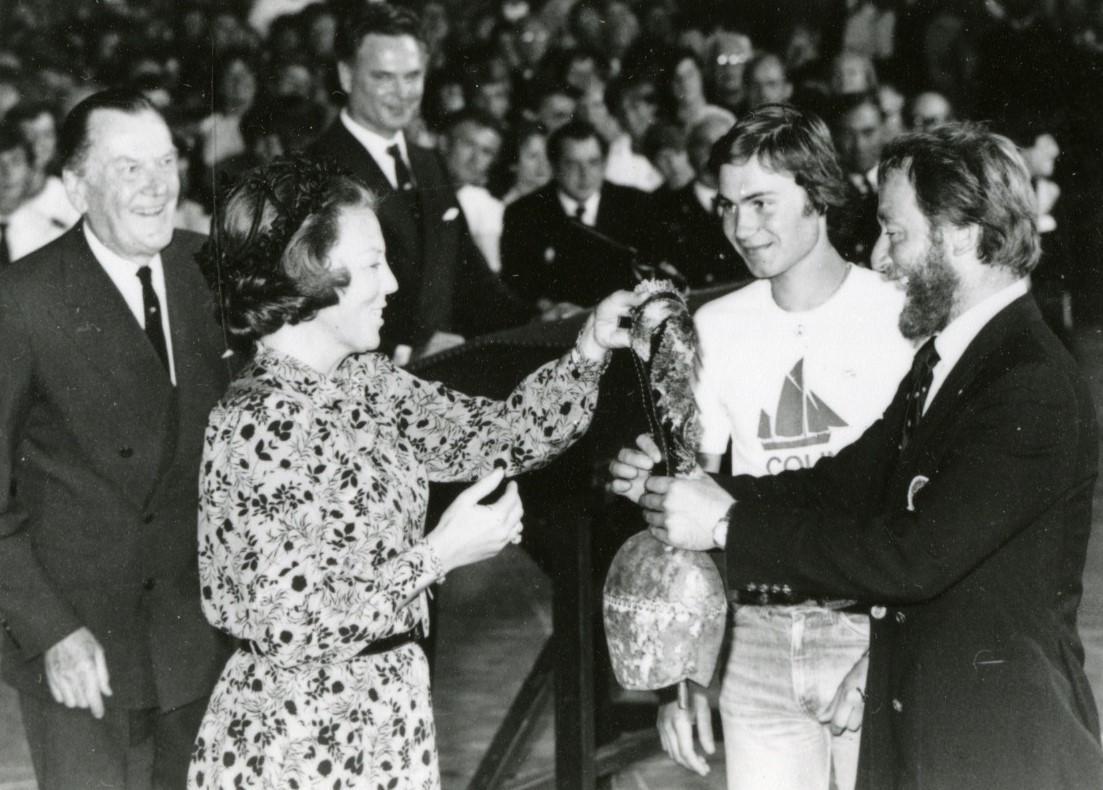 Knut von Trepka mottar 3. premie for RS 1 Colin Archer i Cutty Sark seilas av dronning Beatrix i Amsterdam 1980. (Troféet er en kubjelle fra Sveits.) Til høyre for Knut von Trepka, Stein Karlsen.
